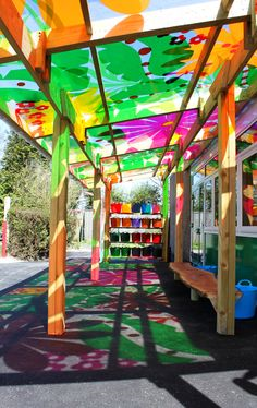 L'espace extérieur au sein d'une école Montesorri.