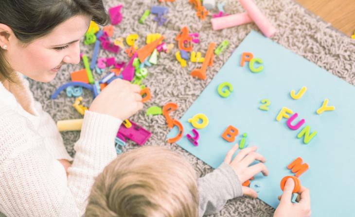 Femme et enfant avec des lettres de l'alphabet