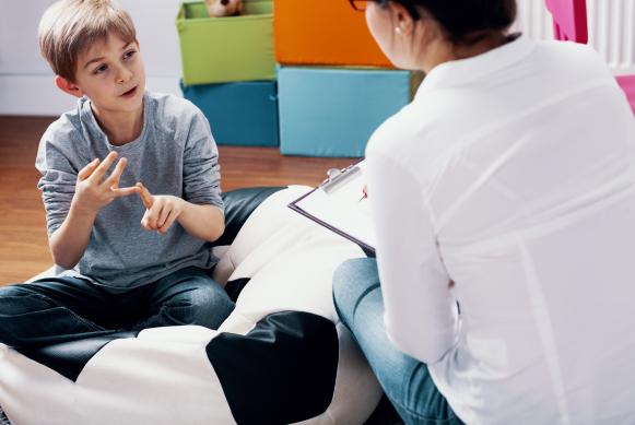Professionnel de santé s'adressant à un enfant
