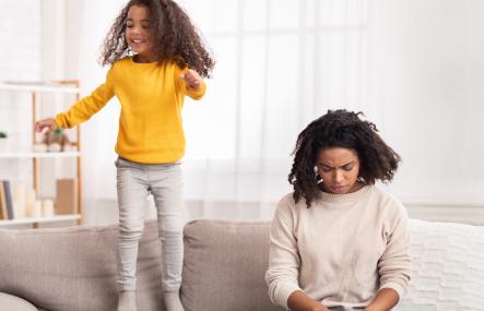 Deux enfant, l'un triste et l'autre heureux