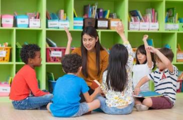 Groupe d'élèves avec un professeur